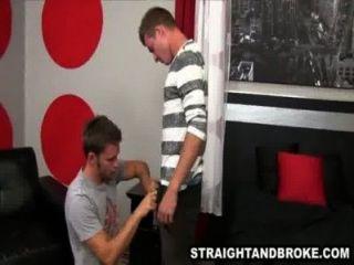 Macho recto dando una mamada por un poco de dinero