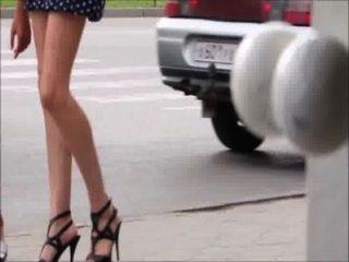 Chicas sexy caminando por las piernas de la calle, el culo y los talones
