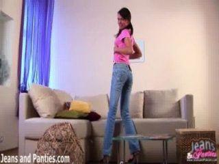 Mirame quitarme los pantalones vaqueros ajustados