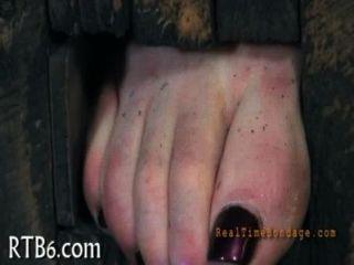 El esclavo caliente se deleita con la estimulación oral