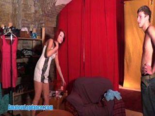 Pelirroja hace lapdance para su amante