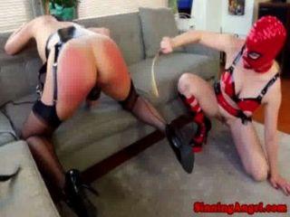 Las lesbianas enmascaradas asaltan culo hasta que su crudo