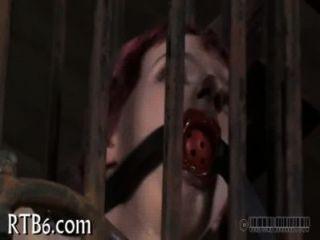 Desnudándose dentro de una diminuta jaula de acero