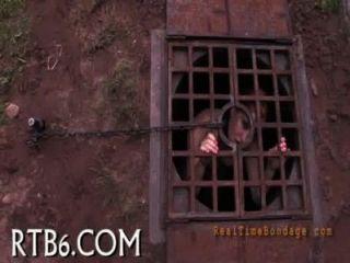 Gal está desnudándose dentro de jaula