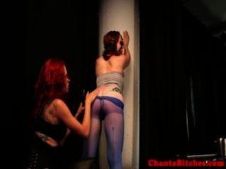 Amante lezdom spanks su amordazado sub