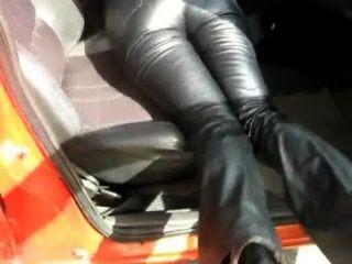 Pantalones de cuero en el coche 2