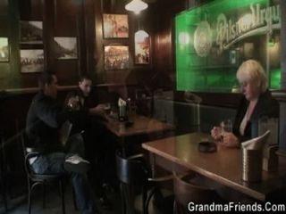 Dos tipos recoger y bang boozed anciana abuela