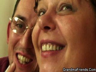 Dos amigos seducir vieja maduro plumper