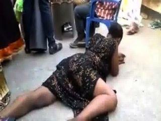 Mujer africana haciendo algunas danzas sexuales