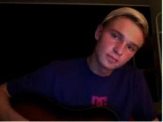 Muchacho danés que practica en la guitarra y juega el gallo hasta que él viene con su orgasmo