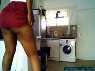 Sexy chica de ébano jugosa culo burlándose en la cocina