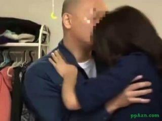 Chica asiática lamió dando mamada para el chico de mantenimiento en la casa