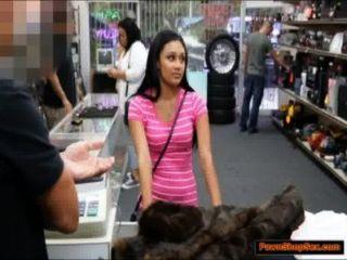 Latina da la cabeza y es golpeado por el encargado de las casas de empeño por dinero en efectivo