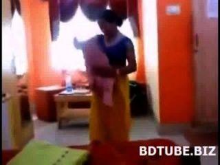 Bangladeshi bhabhi cambiando vestido vídeo capturado por su devar