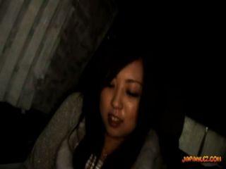 Adolescente tetona conseguir su coño dedos tetas frotado por una niña mayor en el coche