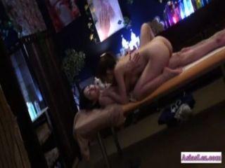Chica asiática lamió y dedos por la masajista en la cama de masaje
