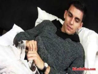 Mira este latino gay caliente jerking off