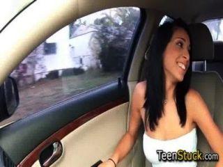 Adolescente hambriento de polla en el coche y lo agarra