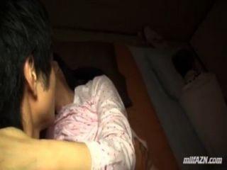 Mujer madura chupar chico joven follada mientras su marido durmiendo junto a ellos en