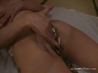 Mujer madura en pantyhose masturbándose digiriéndose usando vibrador en el m