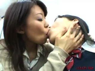 Asiática colegialas besándose tit chupar y jugar con el coño en la oficina