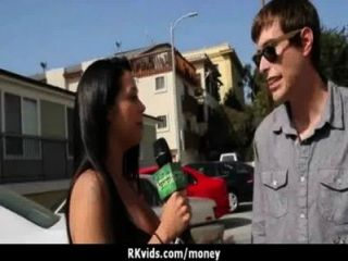 Adolescente desesperada desnuda en público y folla a pagar alquiler 8