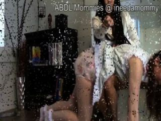 Bebés adultos con pañales y aplausos ddlg