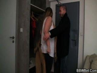 Linda morena levanta su falda y chorros 3