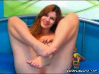 Chica pelirroja chica juega con su coño