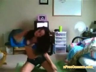 Chica universitaria con grandes danzas cuerpo en webcam en vivo