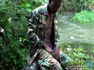 Polla fuerte soldado twink por el río
