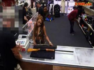 Aficionado haciendo dinero por follando su manguito en la tienda de empeño