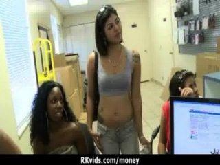 Adolescente desesperada desnuda en público y folla a pagar alquiler 17