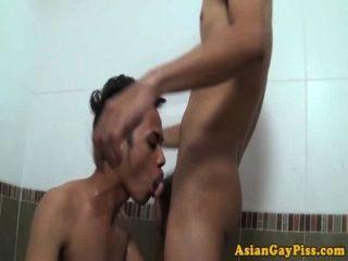 Piss fetish asiáticos amor sexo anal en bañera