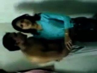 Chica india caliente de la universidad que besa el escándalo de los mms con el peón