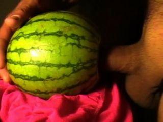 Masturbándose con la fruta