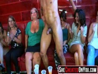 12 mujeres engañando en la orgía de fiesta de fuck subterráneo 06