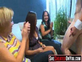 10 estas chicas se vuelven locas en la orgía de club chupar polla 27