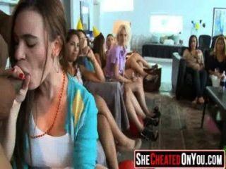 14 estas chicas se vuelven locas en la orgía del club chupar polla 32