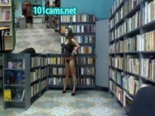 Chica flashes culo en la biblioteca frente a la cámara pública desnudez