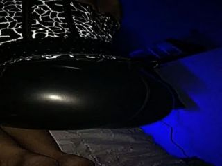 Latex butt teasing mientras chupa polla latex y luxure