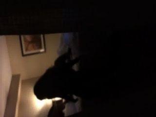 Niña de equitación bf en la ventana del hotel