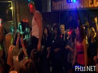 Mucho sexo en grupo en la pista de baile