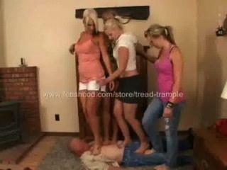 4 niñas pisan la banda de rodadura