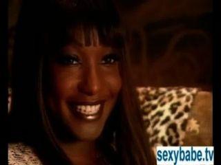 Ebony pornstar muestra sus grandes tetas