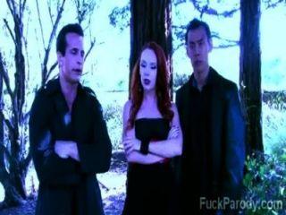 Estos vampiros calientes con sangre caliente se divierten en esta parodia xxx
