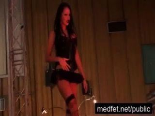 Miembro de la audiencia se pone difícil a manos de una stripper