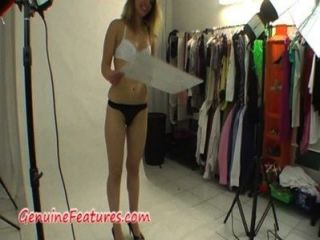 Adolescente natural muestra su cuerpo en backstage