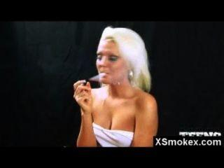 Mujer fetiche de fumar maravillosa sexo hardcore