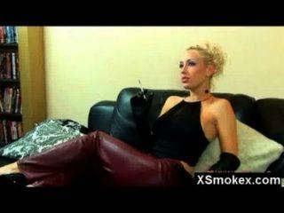 Seductor sexy fumar belleza golpeó